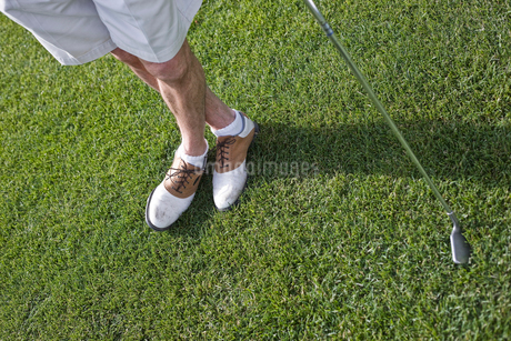 Closeup of golfers shoes, shorts and golf club.の写真素材 [FYI02262168]