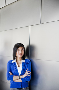 Asian businesswoman in the lobby of a large office building.の写真素材 [FYI02262224]