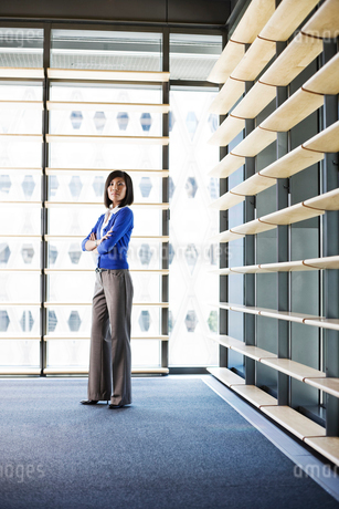 Asian businesswoman in the lobby of a large office building.の写真素材 [FYI02262290]