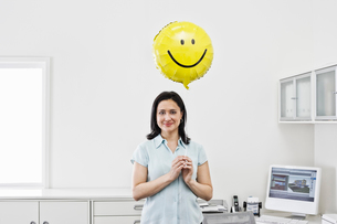 Hispanic woman architect in home office.の写真素材 [FYI02262294]