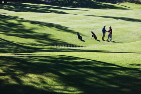 One golfer shaking hands with another after making a great golf shot.の写真素材 [FYI02262303]