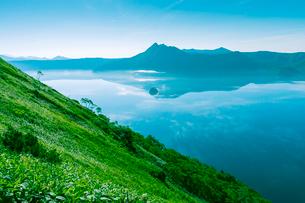 朝の摩周湖の写真素材 [FYI02262365]