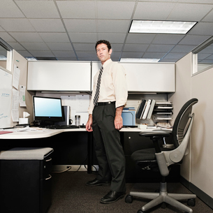A young Caucasian businessman in a shirt and tie in his office.の写真素材 [FYI02262413]