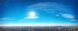 東京の街並みと青空と太陽の写真素材 [FYI02262441]