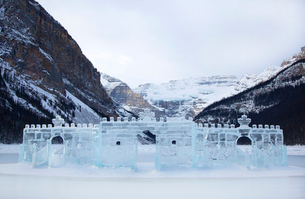 Ice castle on a frozen lake, with mountain range in the background.の写真素材 [FYI02262552]