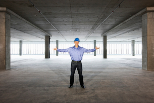 A Caucasian male architect in a new raw business space.の写真素材 [FYI02262572]