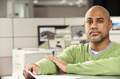 Portrait of a Black man in his cubicle office.の写真素材 [FYI02262680]