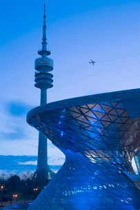 View of Communications Tower and curved glass facade of contemporary building at night, passenger plの写真素材 [FYI02262754]