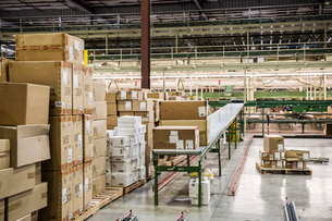 Conveyor belt system and cardboard boxes of products in a distribution warehouse.の写真素材 [FYI02262756]