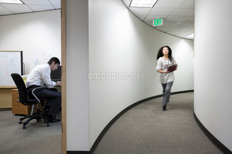 Asian businessman working alone in his officeの写真素材 [FYI02262799]