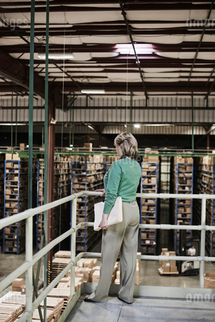 Portrait of a Caucasian female executive in a warehouse distribution facility, with a products storeの写真素材 [FYI02262842]