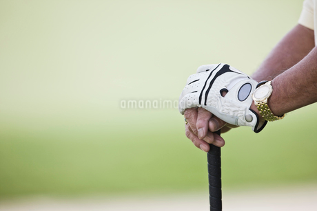 Closeup of hands and golf club.の写真素材 [FYI02262848]