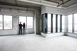 Two business owners standing in their new empty raw business space.の写真素材 [FYI02262949]