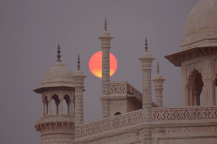 Close up of finials and lanterns on roof of Indian monument at full moon.の写真素材 [FYI02263087]