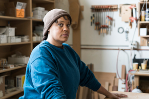 Portrait of a Black woman carpenter in a large woodworking shop.の写真素材 [FYI02263123]