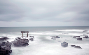 Tall Torii gate on rocks in the middle of a lake.の写真素材 [FYI02263128]