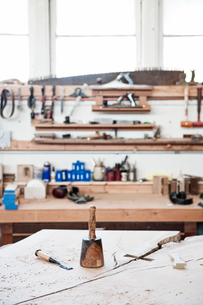 A work station with tools in a woodworking factory.の写真素材 [FYI02263139]