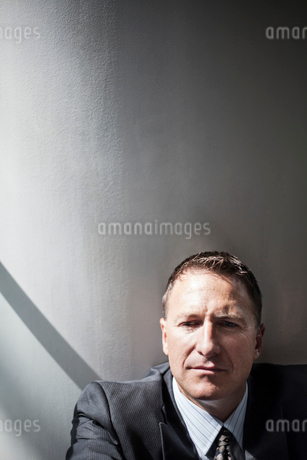Portrait of a Caucasian businessman in a convention centre space.の写真素材 [FYI02263151]