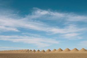 Mining tailings creating row of dirt piles in desert.の写真素材 [FYI02263167]