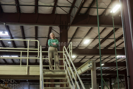 Portrait of a Caucasian female executive in a warehouse distribution facility, with a products storeの写真素材 [FYI02263224]