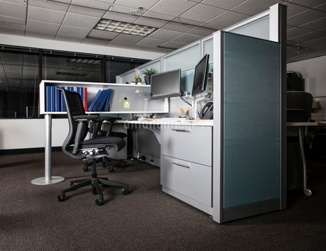 View of an empty cubicle office space at night.の写真素材 [FYI02263238]