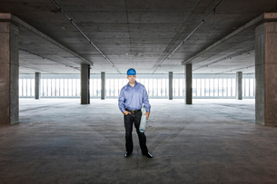 A Caucasian male architect in a new raw business space.の写真素材 [FYI02263270]