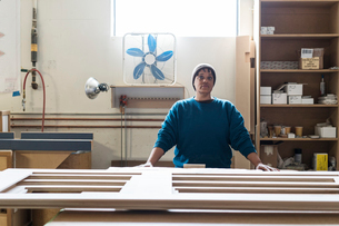 Portrait of a Black woman carpenter in a large woodworking shop.の写真素材 [FYI02263278]