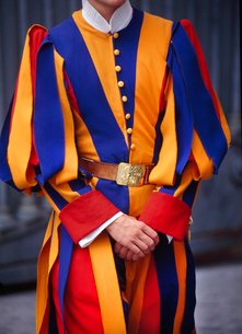 Close up of Swiss Guard in his colourful uniform with blue, orange and red stripes, Vatican City, Roの写真素材 [FYI02263296]