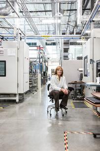 A portrait of a Caucasian female technician in a technical research and development site.の写真素材 [FYI02263340]
