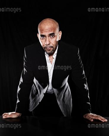 Studio portraits of Hispanic man holding props.の写真素材 [FYI02263366]