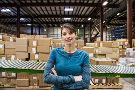 A Caucasian female warehouse worker in a distribution warehouse.の写真素材 [FYI02263428]