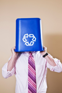 Caucasian man in shirt and tie holding a recycle waste bin.の写真素材 [FYI02263432]