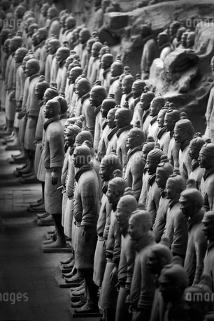 High angle view of the 3rd century BC Terracotta Army collection of terracotta sculptures depictingの写真素材 [FYI02263442]