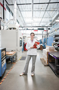 A portrait of a Caucasian female technician in a technical research and development site.の写真素材 [FYI02263455]