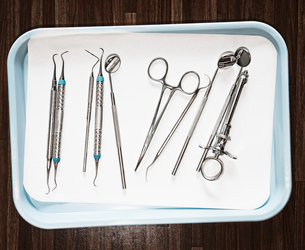 Closeup of medical tools on a tray in a dental surgery.の写真素材 [FYI02263495]