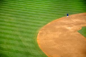 High angle view of man walking on baseball field near second base.の写真素材 [FYI02263557]