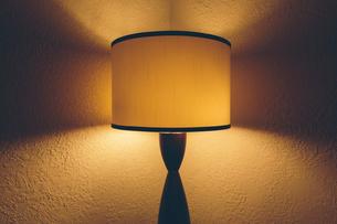 Illuminated light in hotel roomの写真素材 [FYI02263574]