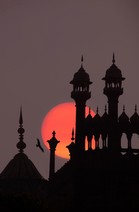 Close up of finials and lanterns on roof of Indian monument at full moon.の写真素材 [FYI02263587]