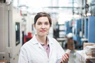 A portrait of a Caucasian female technician in a technical research and development site.の写真素材 [FYI02263774]