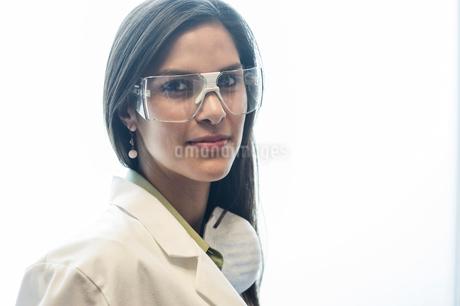 Portrait of a Hispanic female dentist in her office.の写真素材 [FYI02263780]