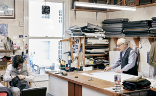 Father and son making suits in family-run tailor businessの写真素材 [FYI02263810]