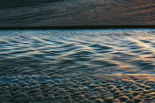 Sunlight reflecting on small waves on the ocean surface.の写真素材 [FYI02263866]