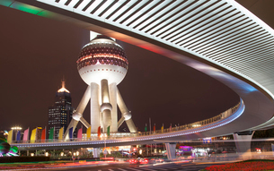Elevated road and view of the lower spherical observation deck of Oriental Pearl TV Tower, Shanghai,の写真素材 [FYI02263880]