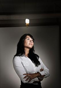 Studio portraits of Caucasian woman holding propsの写真素材 [FYI02263948]