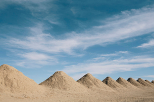 Mining tailings creating row of dirt piles in a desert, mine extraction.の写真素材 [FYI02263973]