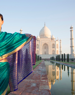 Rear view of woman wearing sari standing at the Taj Mahal palace and mausoleum, a UNESCO world heritの写真素材 [FYI02263975]