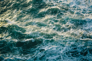 Crashing waves and surf, green and turquoise colours in the ocean, view from above.の写真素材 [FYI02263991]