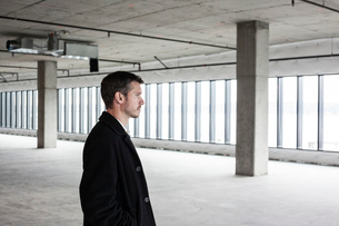 A Caucasian male architect in a new raw business space.の写真素材 [FYI02264001]