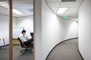 Asian businessman working alone in his officeの写真素材 [FYI02264069]