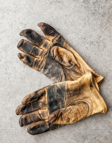 Close-up of a pair of used work gloves in a shopの写真素材 [FYI02264079]